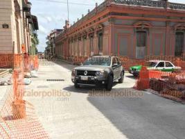 Xalapa, Ver., 20 de octubre de 2019.- Este domingo fue abierto el paso a vehículos en la calle Juárez esquina Revolución a un mes de haber iniciado los trabajos de pavimentación con concreto hidráulico. Las obras siguen en esa cuadra hacia la calle Altamirano.