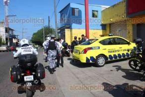 Veracruz, Ver., 21 de octubre de 2019.- El conductor de una camioneta golpeó a un agente de Tránsito Municipal debido a que le pidió que se detuviera en calles de la colonia Pocitos y Rivera. Al sitio llegaron patrulleros de la Policía Naval.