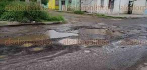 Veracruz, Ver., 22 de octubre de 2019.- La ruta de acceso a las colonias Félix y Albatros se encuentra en pésimas condiciones. Habitantes refieren que las autoridades bachean constantemente, pero el material es de mala calidad y a los pocos días se deslava.