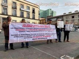 Xalapa, Ver., 22 de octubre de 2019.- En la Plaza Lerdo, petroleros jubilados de Poza Rica se manifestaron para pedir la intervención del Gobierno a fin de que se les entregue el dinero de las cajas de ahorro.