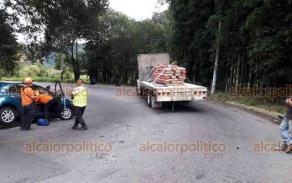 Jilotepec, Ver., 22 de octubre de 2019.- El conductor de un Nissan March perdió el control en una curva de la carretera Banderilla-Jilotepec a la altura de la desviación a Piedra de Agua. Invadió el carril contrario y chocó contra un camión que transportaba cemento.