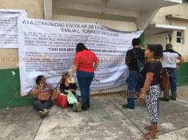 Veracruz, Ver., 22 de octubre 2019.- Padres de familia tomaron la Secundaria Federal 4, de la colonia Playa Linda, en protesta por supuesto maltrato físico y psicológico contra una menor de 13 años por parte de una docente. Acusan a Directora de proteger a profesora.