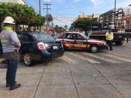 Veracruz, Ver., 22 de octubre de 2019.- La tarde de este martes, se registró un fuerte choque en la avenida 16 de Septiembre esquina Juan Enríquez, en la colonia Flores Magón, entre un taxi y un auto particular.