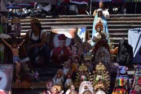 Xalapa, Ver., 23 de octubre de 2019.- Vendedores de artículos religiosos y artesanías se colocaron cerca de la Catedral Metropolitana, en la víspera de la celebración a San Rafael Guízar y Valencia.