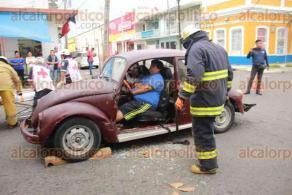 Veracruz, Ver., 23 de octubre de 2019.- Cuerpos de emergencia tuvieron que hacer uso del equipo especial de Rescate Urbano para sacar a un automovilista que quedó pensado en su Volkswagen luego de chocar con un taxi.