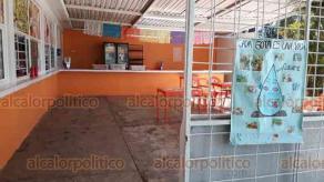 Xalapa, Ver., 11 de noviembre de 2019.- Padres de la Secundaria Técnica Industrial No.72 informaron que con su propia tienda dentro de la escuela pagarán el mantenimiento del plantel, pues la SEV no regresa recursos de la cooperativa.
