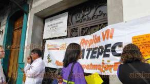 Coatepec, Ver., 12 de noviembre de 2019.- Docentes de la Sección 32 del SNTE, región VII Coatepec, tomaron esta mañana la Delegación de la Secretaría de Educación para exigir pago de adeudos y respeto al escalafón, entre otras exigencias.