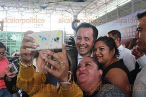 Xalapa, Ver., 12 de noviembre de 2019.- El gobernador Cuitláhuac García Jiménez hizo entrega de basificaciones a docentes y administrativos de la Secretaría de Educación de Veracruz.