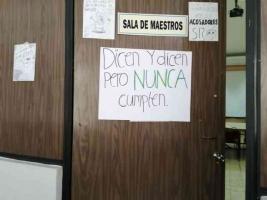 Xalapa, Ver., 12 de noviembre del 2019.- En la Facultad de Psicología de la UV, se colocaron carteles en la explanada y en salones denunciando acoso escolar por parte de autoridades del plantel.