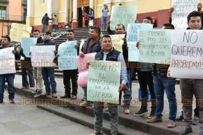 Xalapa, Ver., 13 de noviembre de 2019.- Transportistas de la Sierra de Zongolica se manifiestan en Plaza Lerdo debido a que son desplazados de proyectos de infraestructura desarrollados por el Gobierno de Veracruz. Ante esto, de no tener solución, advierten con bloquear carreteras en aquella región.