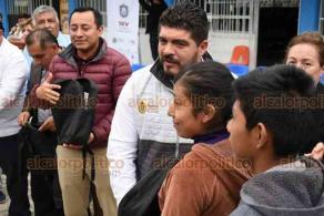 Tantoyuca, Ver., 13 de noviembre 2019.- Entre peticiones y solicitudes de recursos, se recibió al secretario de Educación, Zenyazen Escobar, quien acudió a la entrega de 2 mil 172 paquetes de útiles escolares.