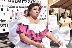 Xalapa, Ver., 14 de noviembre de 2019.- Jubilados adheridos al AJUPIV se manifestaron nuevamente en la Plaza Lerdo para exigir el pago de prestaciones y pagos institucionales.