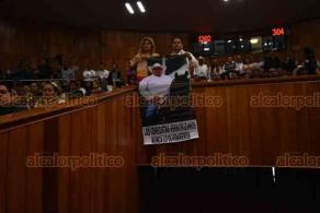 Xalapa, Ver., 14 de noviembre de 2019.- Ante la familia de Juan Carlos Molina, diputados del Congreso local se pronunciaron tras el asesinato de su homólogo. Representantes de todas las bancadas, algunos con la voz entrecortada y lágrimas, demandaron justicia. En el lugar de Molina, se colocó uno de sus sombreros y flores.