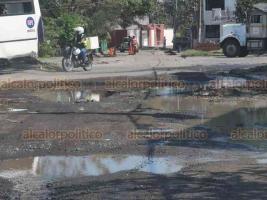 Veracruz, Ver., 14 de noviembre de 2019.- Las calles Oriente Nueve y Paseo Los Pinos, del INFONAVIT Buenavista, están en pésimas condiciones, llenas de baches y agua estancada.