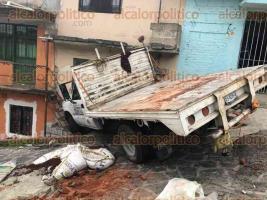 Xalapa, Ver., 14 de noviembre de 2019.- En la calle Stalingrado, casi llegando a la avenida Ruiz Cortines, el conductor de una camioneta de materiales se fue contra un hogar, causando destrozos.