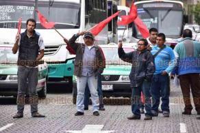 Xalapa, Ver., 15 de noviembre de 2019.- Integrantes del Movimiento Antorcha Campesina cerraron la calle Enríquez para protestar en contra del gobernador Cuitláhuac García, a quien exigen obras en diversos Municipios.