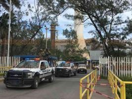 Veracruz, Ver., 15 de noviembre de 2019.- Seguridad Pública resguarda los accesos a Tenaris TAMSA, tras la violenta llegada de Pascual Lagunes.