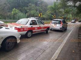 Xalapa, Ver., 16 de noviembre de 2019.- Tres vehículos se vieron involucrados en un accidente sobre la Xalapa-Coatepec, a la altura de Los Arenales, con dirección a Coatepec. Las unidades fueron retiradas por una grúa y fueron llevadas a las instalaciones de Tránsito del Estado.