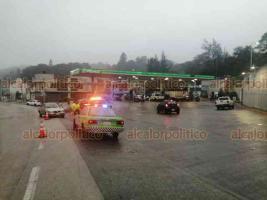 Xalapa, Ver., 16 de noviembre de 2019.- Un conductor perdió el control de su camioneta sobre la carretera Xalapa-Coatepec, cerca de la gasolinera de Los Arenales, e impactó a un Tsuru, en carril con dirección al Pueblo Mágico. No hubo lesionados.