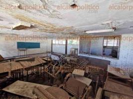 Boca del Río, Ver., 18 de noviembre de 2019.- A los edificios del Ilustre Instituto Veracruzano les urge ser rehabilitados. En la imagen, uno de los inmuebles en donde se imparten clases.