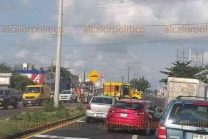 Veracruz, Ver., 18 de noviembre de 2019.- En la carretera federal Veracruz-Xalapa, a la altura de Tejería, un tráiler se salió del camino y se llevó una señalización del camellón al evitar chocar contra un automóvil.
