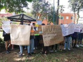 Xalapa, Ver., 19 de noviembre de 2019.- Universitarias iniciaron una marcha partiendo de la Facultad de Economía, en protesta por el acoso que sufren alumnas de esta casa de estudios por parte de docentes.