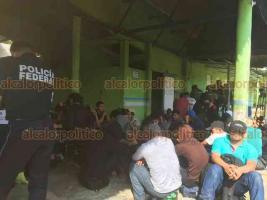 Coatzacoalcos, Ver., 20 de noviembre de 2019.- Un camión con 58 migrantes hacinados en una caja refrigerada, fue detectado por elementos de la Policía Federal en la carretera Coatzacoalcos-Villahermosa.