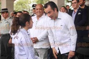Xalapa, Ver., 20 de noviembre de 2019.- El gobernador del Estado, Cuitláhuac García y el secretario de gobierno, Eric Cisneros, presenciaron la demostración de tablas gimnásticas de alumnos de secundarias y bachilleratos, en el Estadio Xalapeño.