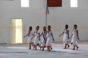 Xalapa, Ver., 21 de noviembre de 2019.- Abel Cadena Carrasco, en representación del Secretario de Educación de Veracruz, inauguró el Encuentro Cultural de Escoltas, Himno Nacional y Oratoria de las 15 regiones de Educación Indígena de Veracruz en el Gimnasio Omega.