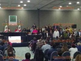 Ciudad de México, 21 de noviembre de 2019.- Inicia la sesión para discusión del dictamen del PEF 2020 por un monto de 6 billones 105 mil millones de pesos. Legisladores opositores del PRD muestran playeras y mantas de rechazo.