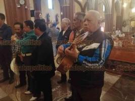 Xalapa, Ver., 22 de noviembre de 2019.- Este viernes, algunos músicos acudieron a la Catedral Metropolitana para rendir homenaje a Santa Cecilia, su santa patrona, para quien con devoción interpretaron algunas melodías.