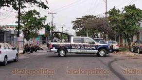 Veracruz, Ver., 4 de diciembre de 2019.- Dos hombres que viajaban en una motocicleta fueron ultimados a balazos cuando circulaban en la calle Victoria, en la colonia Formando Hogar. Al parecer, serían quienes antes habrían asaltado una farmacia. Policías resguardaron la zona.