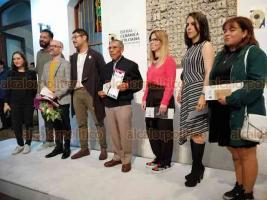 Xalapa, Ver., 6 de noviembre de 2019.- Silvia Alejandre Prado, directora general del IVEC, entregó diploma y reconocimiento al primer lugar Héctor Rabí Montoya Galán.