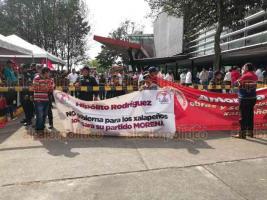 Xalapa, Ver., 7 de diciembre de 2019.- Integrantes del Movimiento Antorchista se manifiestan afuera del Teatro del Estado en contra del Alcalde de Xalapa, previo al acto en que Hipólito Rodríguez dará su Segundo Informe de Gobierno.