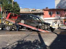 Xalapa, Ver. 8 de diciembre de 2019.- Tras ser impactado por un auto a exceso de velocidad, el comerciante fue proyectado poco más de 15 metros, quedando sin vida sobre la acera, mientras que el vehículo se impactó contra un muro de concreto.