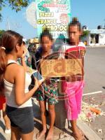 """Veracruz, Ver., 8 de diciembre de 2019.- En el fraccionamiento Valle Alto, vecinos detuvieron a dos jóvenes —uno de ellos menor de edad— tras sorprenderlos robando. Les colgaron un letrero acusándolos de ser """"ratas"""", les tomaron fotos y los hicieron caminar por las calles para luego amarrarlos a un poste."""
