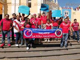 Xalapa, Ver., 8 de diciembre de 2019.- Un grupo de aficionados se manifestó este domingo en la plaza Sebastián Lerdo de Tejada exigiendo que Veracruz no se quede sin fútbol de primera división, luego de que el Club Tiburones Rojos fue desafiliado por la Federación Mexicana de Futbol.