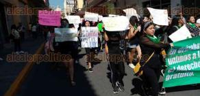 """Orizaba, Ver., 8 de diciembre de 2019.- Al grito de """"Si te pega no te ama"""" y """"mujeres conscientes, se unen en contingente"""", feministas marcharon por las calles de la ciudad en contra de la violencia de género y a favor de la legalización del aborto."""