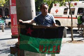Xalapa, Ver., 9 de diciembre de 2019.- Integrantes del grupo MILES, UCIC y EPTR, protestaron en el Palacio Municipal contra la política que excluye a los vendedores ambulantes en la vía pública de la capital.