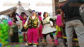 Córdoba, Ver., 9 de diciembre de 2019.- Payasos repartieron dulces, globos, regalos y demás obsequios para quienes acudieron a ver el desfile.