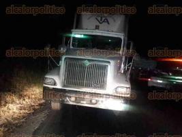 Jilotepec, Ver., 10 de diciembre de 2019.- Camión de carga invadió el carril contrario de circulación y chocó contra un taxi sobre la carretera Banderilla-Naolinco, a la altura de Jilotepec; peritos de Tránsito del Estado delegación Banderilla se hicieron cargo del accidente en donde no hubo lesionados.