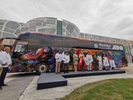 Boca del Río, Ver., 11 de diciembre de 2019.- El gobernador Cuitláhuac García y el secretario de Turismo federal, Miguel Torruco, presentaron una línea de autobuses de pasajeros decorados con murales de Teodoro Cano. Recorrerán del centro al sur del Estado.