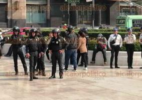 """Ciudad de México, 11 de diciembre de 2019.- En la explanada del Palacio de las Bellas Artes, activistas LGBTTTI exigieron respeto a la obra de Fabián Cháirez, que presenta a un """"Caudillo del Sur"""" afeminado. Además, sindicalistas cerraron las instalaciones para demandar respeto a sus derechos."""