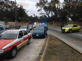Veracruz, Ver., 11 de diciembre de 2019.- Automovilistas mostraron su inconformidad ante agentes viales debido a que el Ayuntamiento no anunció este miércoles el cierre de los accesos que dan al centro de la ciudad debido a un festejo privado.