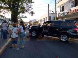 Veracruz, Ver., 13 de diciembre de 2019.- Una pareja en motoneta estuvo a punto de acabar lastimada de gravedad al ser impactada por una camioneta Ford sobre las calles de Simón Bolívar y Negrete.