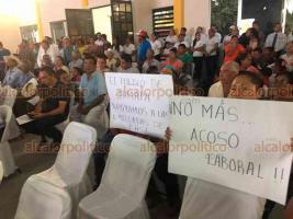 Jamapa, Ver., 13 de diciembre de 2019.- Trabajadores de base se manifestaron durante el Segundo Informe de Gobierno de la alcaldesa de este municipio, Florisel Ríos Delfín, acusándola de acoso laboral y para exigir el pago de aguinaldos y prestaciones.