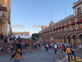 Xalapa, Ver., 14 de diciembre de 2019.- Decenas de familias apartaron lugar con anticipación en el centro de la ciudad, al atardecer, para esperar el paso del Desfile Navideño organizado por la Junta de Mejoras.