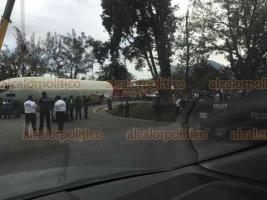 Ixtaczoquitlán, Ver. 17 de enero de 2020.- Grave complicación vehicular provocó el traslado del avión que fue donado a la ciudad de Orizaba. El remolque se dañó en la curva de salida de la autopista.