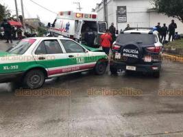 Xalapa, Ver., 18 de enero de 2020.- Este sábado, se registró un choque sobre la avenida Orizaba, frente al Salón Bazar, entre una patrulla de la Policía Municipal y un taxi.