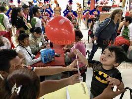 Veracruz, Ver., 18 de enero 2020.- A un mes de que empiece el Carnaval, se organizó una Rumbata en la plaza de la Tecnología, ubicada en el Centro; la Corte Real, acompañada de batucada y comparsas, regaló recuerdos a los presentes.